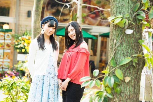 自然豊かな敷地内をのんびり散策する二人