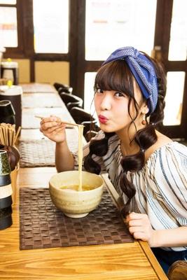 【写真を見る】「まずは香りを楽しんでから。麺はスープの後にね!」