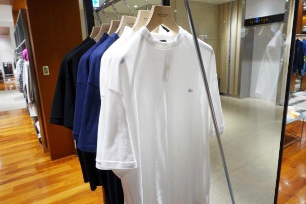 「LACOSTE」の「別注ポロシャツ」(各1万6200円)、「別注Tシャツ」(各9720円)