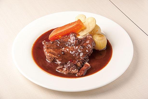 本格フレンチを気軽に味わえる。「牛バラ肉とゴロッと野菜の赤ワイン煮込み」(918円)/ワイン居酒屋 ポポンペット