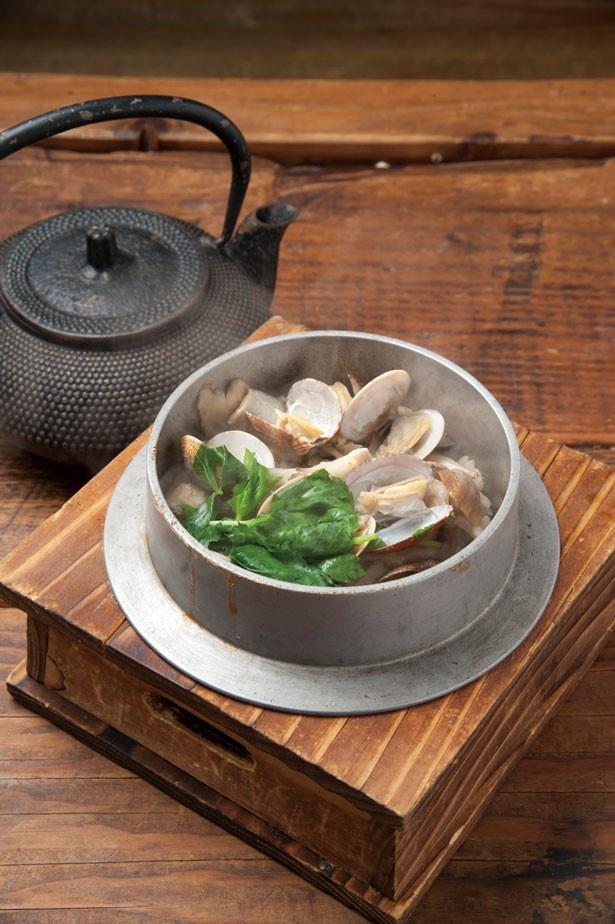 野菜たっぷりのダシで炊き上げる絶品釜飯!「あさりと木の子釜めし」(950円)/炭焼と釜飯 さかぐち