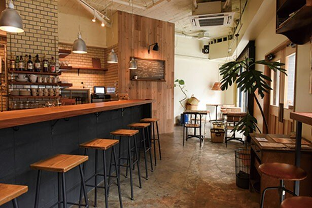 木と鉄の素材感を生かしたシックな雰囲気が魅力。インテリアはすべて特注品/Whitebird coffee stand
