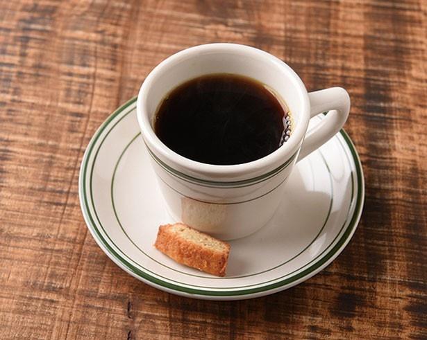 「ブレンド スタンダード」(486円)。フィナンシェを口に入れて飲めばマイルドに/Whitebird coffee stand