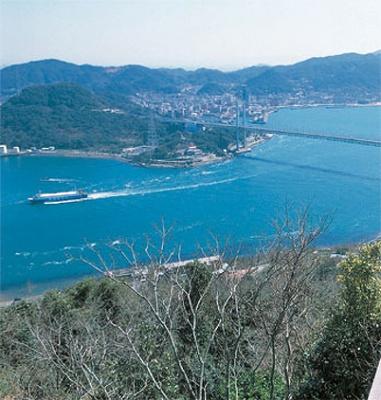 眼下に関門海峡が広がる、火の山山頂からの眺め