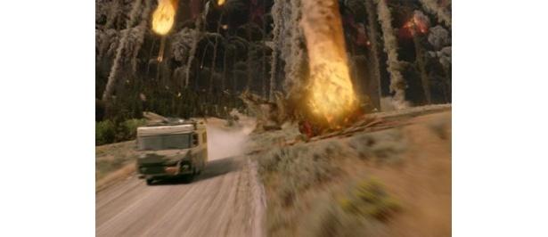 噴火した火山から決死の脱出を試みる一台の車