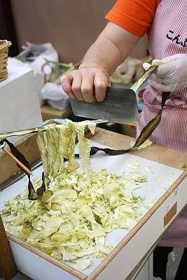 北海道の浜中町では、地元で有名な「こんぶ娘の工房」がおぼろ昆布を実演販売