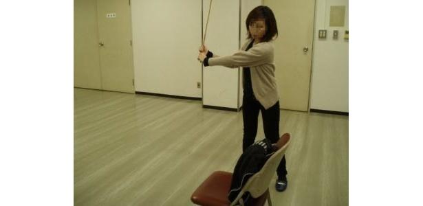 """[2]「ゴルフクラブの扱いに慣れるトレーニング」枕やバッグを""""布団たたき""""でたたく"""