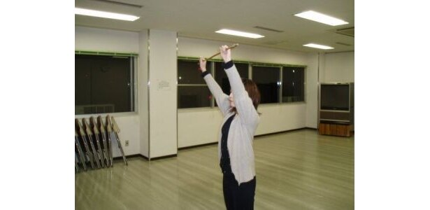 [3]「肩甲骨周辺の筋肉を柔軟且つ強くするトレーニング」10回1〜2セット長めの棒を頭の上や顔の前で回転させる