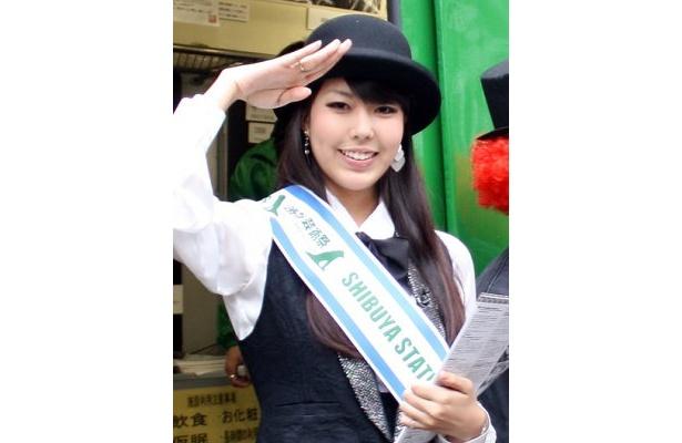 「SHIBUYA STATION ART COMMONS(ハチ公広場・青ガエル)」の1日駅長として登場した、女優の穂のかさん。渋谷は毎日来るほど大好きな街なのだとか