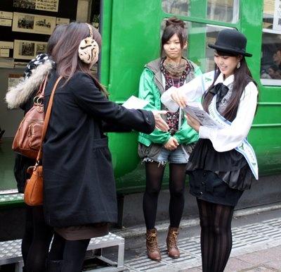 「渋谷芸術祭」のチラシを配る穂のかちゃん