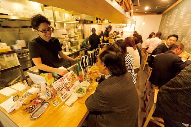明るい店内で、店員さんとも距離も近い賑やかな雰囲気/ビストロバルH