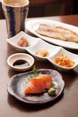 魚と小鉢と酒のバランスが絶妙!「寄り道セット」(980円) /肴屋 あしか