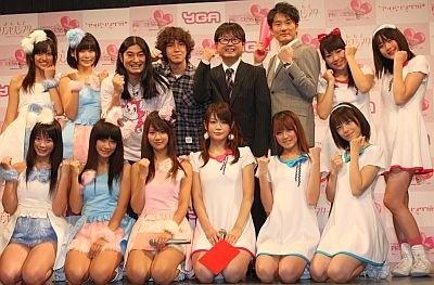 「よしもとプリンセスシアター オープン記念ライブ 6days」の記者会見に出席した次長課長の河本さんやアイドリング!!!、YGAのメンバーら