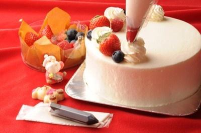 パティシエが作ったスポンジケーキと、厳選したフルーツやプレートがセットになっている、「フルベジ」の「マイデコレーション・クリスマスケーキ」(4200円)