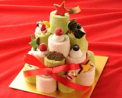 星型のチョコレートやサンタの飾り、リボンなど、デコレーションアイテムもいっぱい付いてくる「エモ カフェ」の「クリスマスロールタワー」