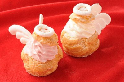 「エモ カフェ」の「ANGEL PINK」(左)、「ANGEL WHITE」(右) 各250円 ※1日各20個限定、スイーツフォレスト限定