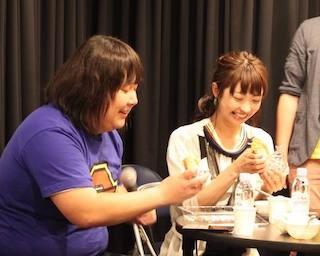 会場限定のカレーを食べるカリガリガリクソンと小塚舞子
