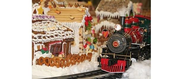 お菓子でできた村の中を走る、ザ・リッツ・カールトン大阪のミニ機関車は12/27(日)まで設置。メルヘンの世界を楽しもう