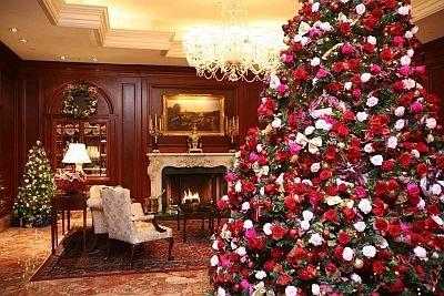 ザ・リッツ・カールトン大阪では、色鮮やかなピンクや赤のプリザーブドローズ1200個を使ったツリーを12/27(日)までロビーに設置。世界的にも珍しい豪華なツリーだ