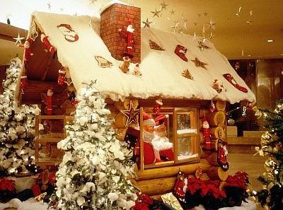 ヒルトン大阪のクリスマスグッズの特設売場「ジンジャーブレッドハウス」は12/25(金)まで。シェフ特製スイーツやクリスマスオーナメント、グッズなどを販売