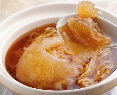 「廣翔記 新館」の「フカヒレ姿入り土鍋そば」(1580円)。麺はモチモチ感のある中太縮れ麺で、トロ〜リあんかけスープがあったまる〜!