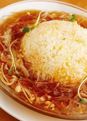 「名物フカヒレあんかけチャーハン」(1050円)は、まずはパラパラのチャーハンをひと口。2口目であんかけとからめて味わって/中国料理 清宏楼