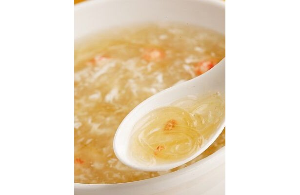 赤いカニ肉がふんわりと浮かんだ、 優しい味わいの塩味スープ「かに肉入りフカヒレスープ 大」(1900円)。1人前は700円/龍華飯店 溝ノ口店