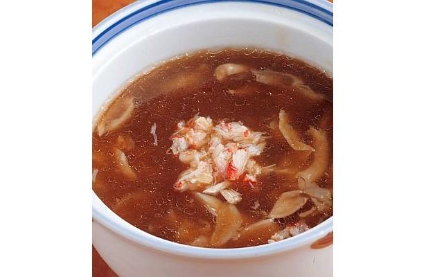 フカヒレのほか、カニ、ホタテ、キノコなどが入った「中華海鮮ふかひれスープ」(780円)/エルシャンテ追浜 杏の花