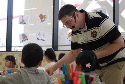 最初はまだまだ緊張気味だった子供達も、ワークショップを通じ、最後にはいつの間にか、自分から出来た作品を先生に見せる子たちも!