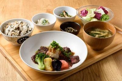 「おぼんdeごはん」(9階)「国産牛のステーキと彩り野菜の和風おろしソース定食」が登場