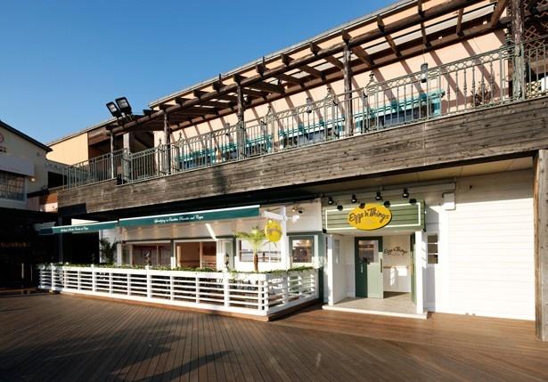 【写真を見る】海に面した神戸らしい景色が楽しめるロケーションの「エッグスンシングス 神戸ハーバーランド店」
