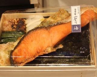 築地から直接仕入れる脂ののった鮭が、弁当箱から豪快にはみ出る「海苔弁 海」(1080円)