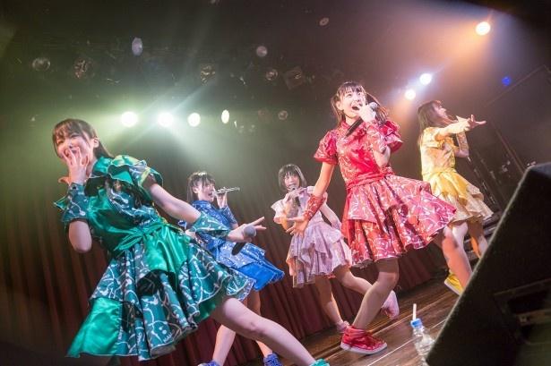 原宿発5人組アイドルグループ・神宿が全国ツアーの大阪公演を行った