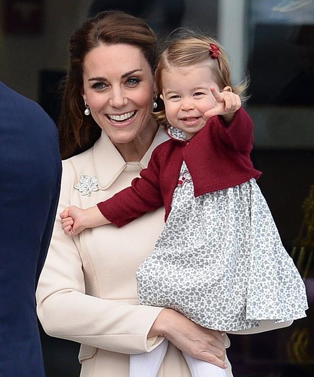 【写真を見る】キャサリン妃にだっこされて笑顔のシャーロット王女