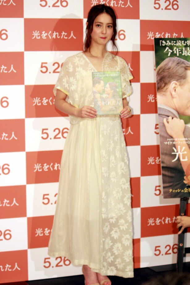 【写真を見る】佐々木希、レースのドレスの全身ショット