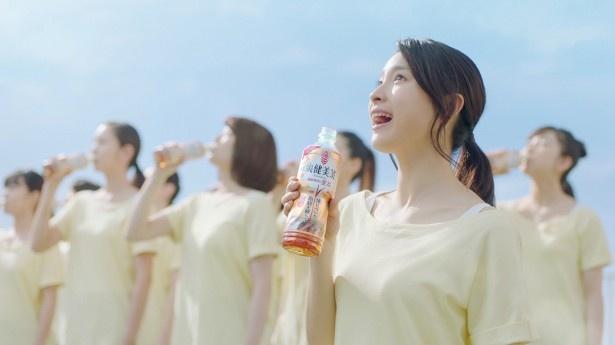 「爽健美茶 健康素材の麦茶」の新CMに出演する土屋太鳳