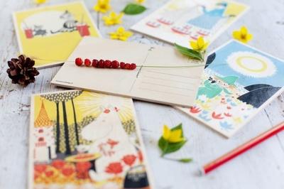 【写真を見る】ムーミンの木製ポストカード