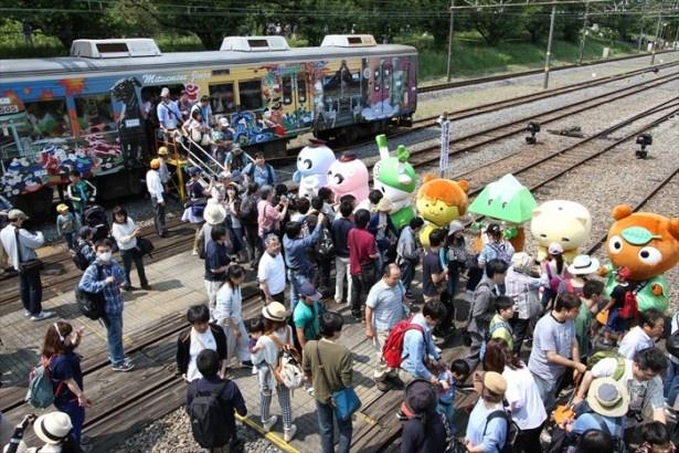 【写真を見る】臨時直通列車