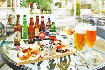 総料理長監修の特製前菜プレートなど、ビールが進むメニューをオープンエリアの上質空間で味わえる/ザ・リッツ・カールトン ラグジュアリー・ビアガーデン