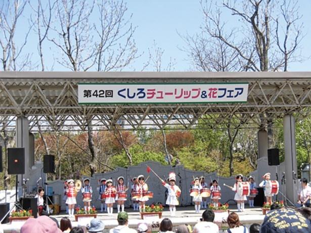 ステージでは園児たちの可愛らしいマーチングバンドも見られます