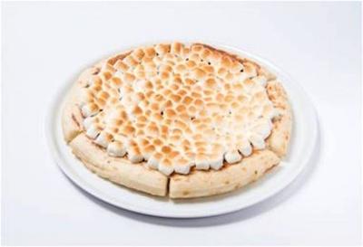 ピザ生地にミルクチョコレートとホワイトチョコレートのチャンク、マシュマロをのせてトーストした人気No.1メニュー「チョコレートチャンクピザ」(ホール 2320円、1/6スライス 470円)