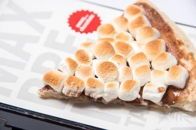 オープン日の4月29日(土)には、先着1000名にチョコレートチャンクピザを無料で提供!(※トッピングは別料金、ドリンクは有料)