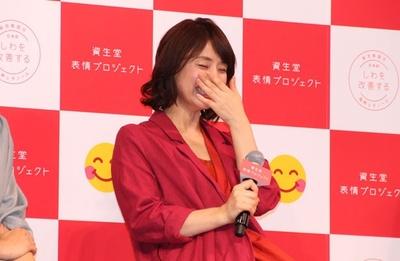 【写真を見る】「最近作った難しい料理」を告白し、照れ笑いを浮かべる石田ゆり子