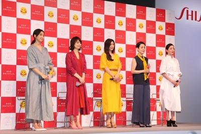 新CMに出演する5名の女優がそろい、ステージは華やかな雰囲気に包まれた