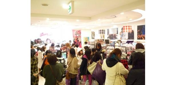 店内は若い女性の姿が多く見られる