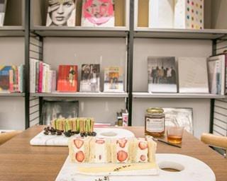 ブックスペースも設けられた店内で、種類豊富な紅茶やスイーツ、軽食などを味わえる