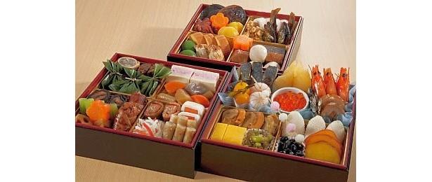 ハトヤ瑞鳳閣(京都)の『和風三段重』(2万7250円・送料込み)は、帆立照焼、鮎の甘露煮など全42品。限定100個/近畿日本ツーリスト
