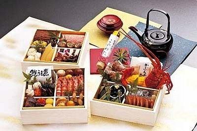 和倉温泉にある名旅館「加賀屋」(石川)の『加賀屋のおせち料理』(3万1500円・送料込み)は、限定300個。鮑酒蒸し、能登このわた、蕪寿司など35品入り/JTB西日本