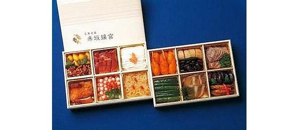 広東料理界の重鎮、「赤坂璃宮」(東京)のシェフの技が光る『中華おせち』(5万2500円・送料込み)。鮑の特製ソース煮込みなど全15品、限定50個/JTB西日本