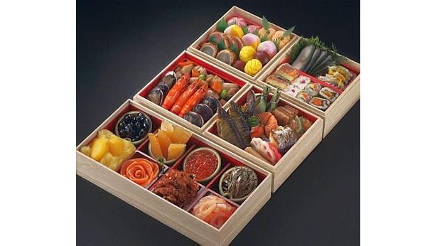 「日本料理てら岡」(福岡)の『寿変わり三段五箱重』(2万7500円)は長方形1つと正方形4つのお重。限定200個/トップツアー